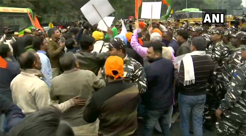 Scuffle broke out between Bajrang Dal,Durga Vahini workers and Security forces near Pakistan High Commission