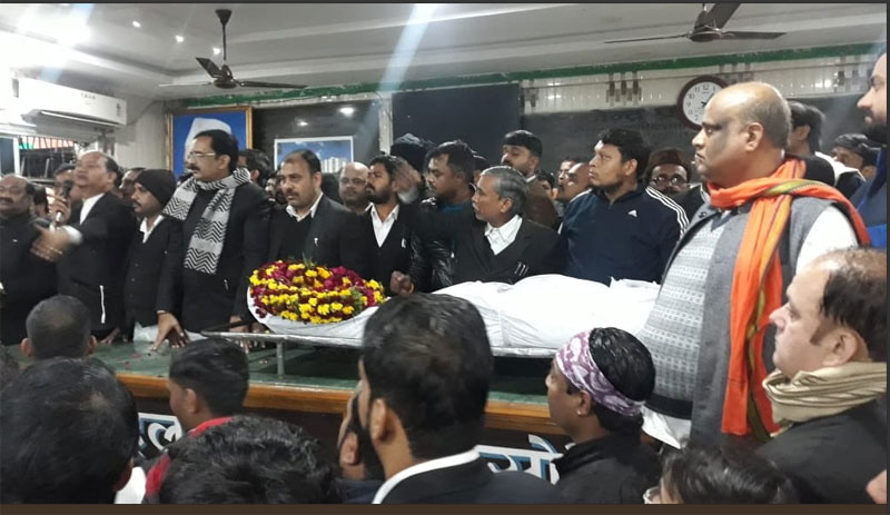 Lucknow lawyers with the body of Adv Shishir Tripathi in the Court premises.