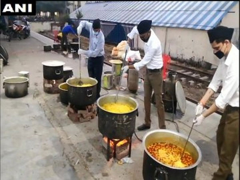RSS workers prepare food at Moradabad Railway Station on Tuesday morning
