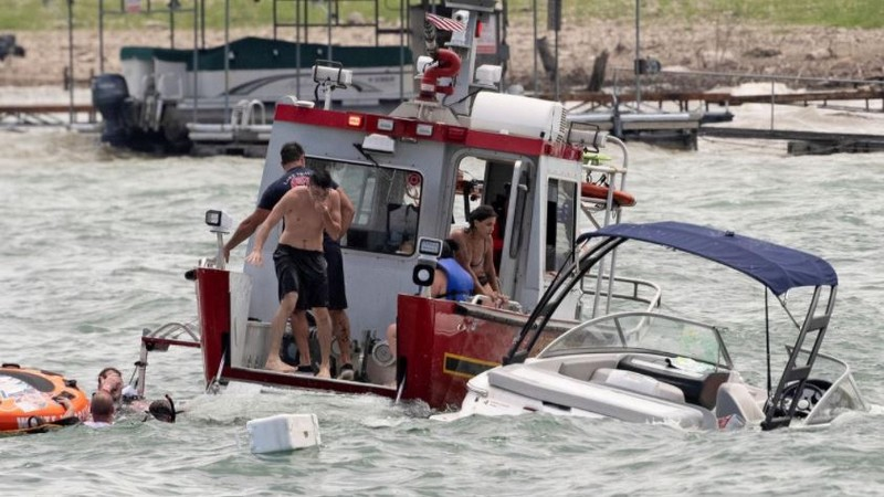Boats sink during Donald Trump parade in Lake Travis Texas